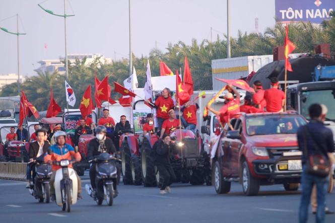 Các nhà vô địch SEA Games về đến Hà Nội - ảnh 25