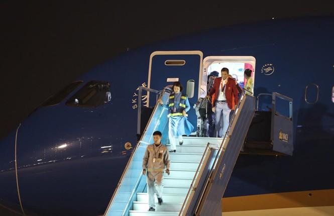 Các nhà vô địch SEA Games về đến Hà Nội - ảnh 10