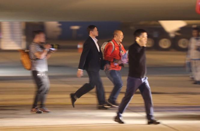 Các nhà vô địch SEA Games về đến Hà Nội - ảnh 15
