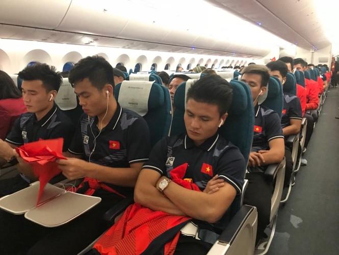 Các nhà vô địch SEA Games về đến Hà Nội - ảnh 47