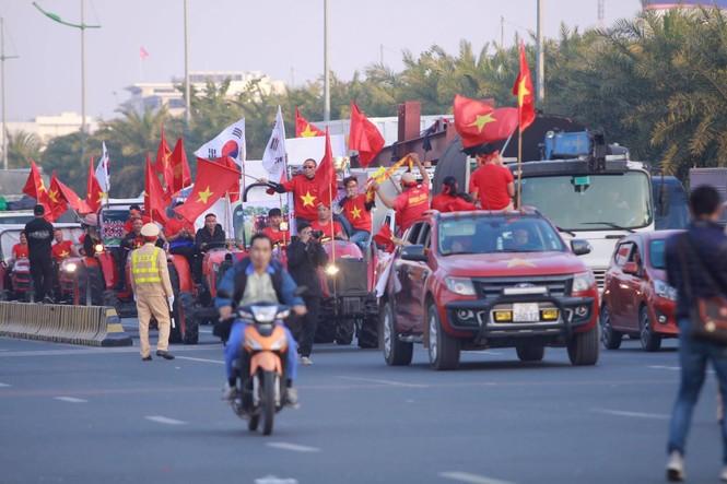 Các nhà vô địch SEA Games về đến Hà Nội - ảnh 27