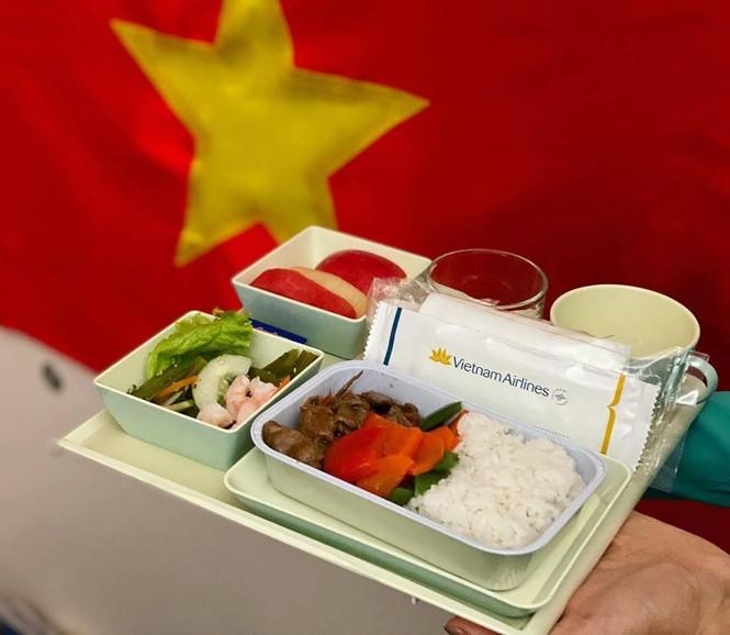 Tiết lộ về bữa ăn của các nhà vô địch SEA Games trên chuyên cơ về nước - ảnh 1