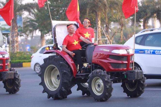 Các nhà vô địch SEA Games về đến Hà Nội - ảnh 28