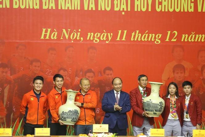 Hai đội tuyển bóng đá dự lễ mừng công của Thủ tướng - ảnh 13