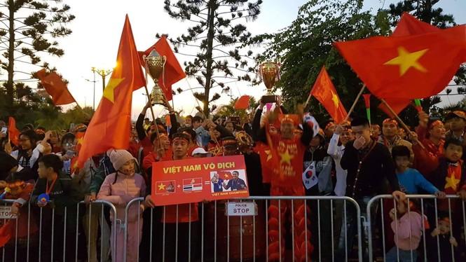 Các nhà vô địch SEA Games về đến Hà Nội - ảnh 20