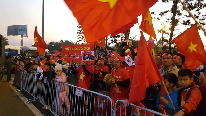 Các nhà vô địch SEA Games về đến Hà Nội - ảnh 21