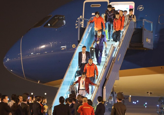 Các nhà vô địch SEA Games về đến Hà Nội - ảnh 11