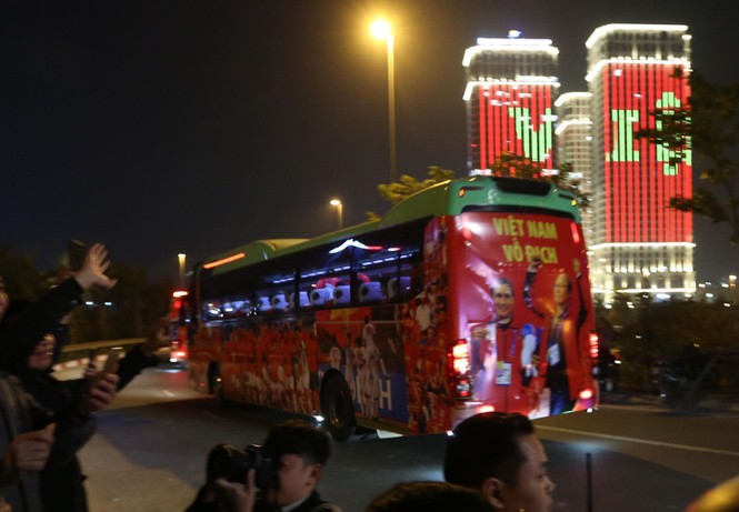 Các nhà vô địch SEA Games về đến Hà Nội - ảnh 3