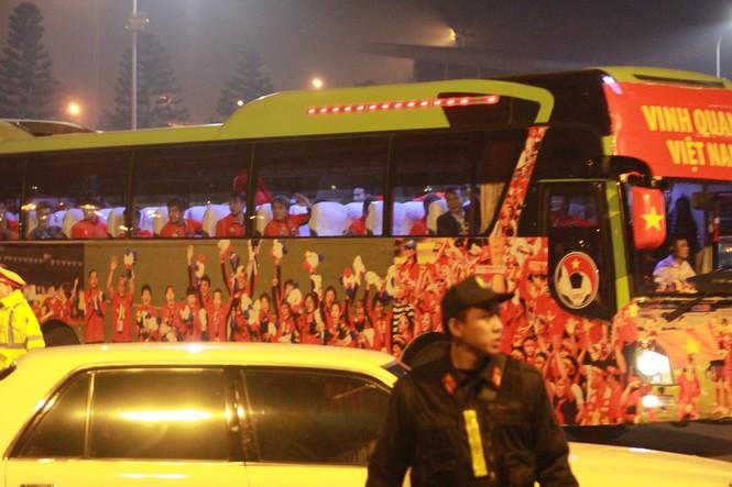 Các nhà vô địch SEA Games về đến Hà Nội - ảnh 8