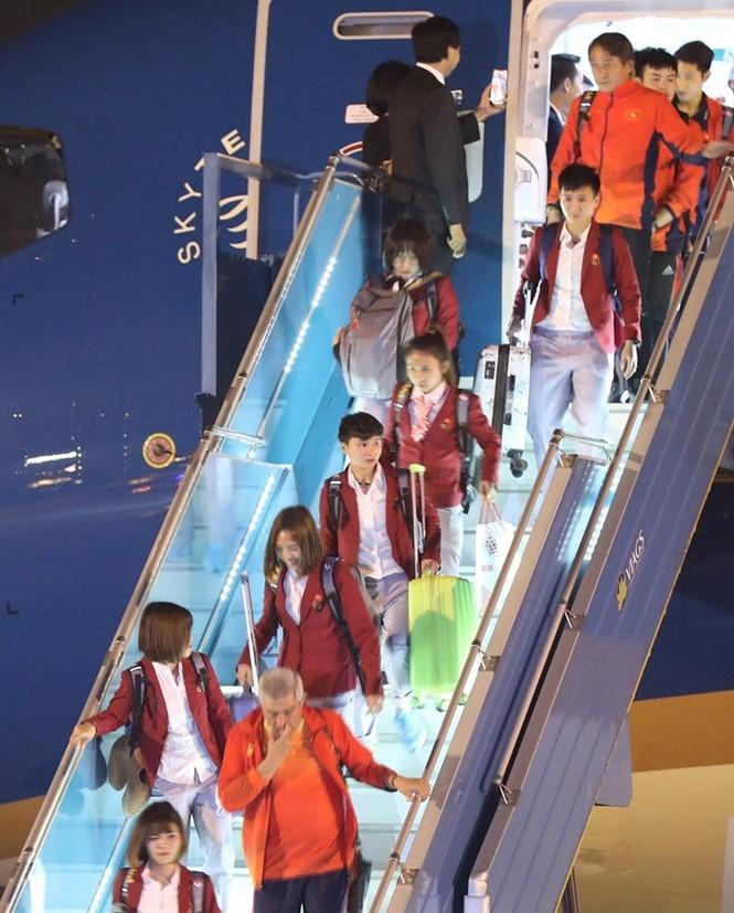 Các nhà vô địch SEA Games về đến Hà Nội - ảnh 13