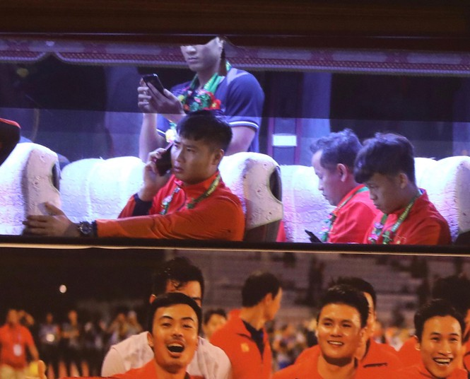 Các nhà vô địch SEA Games về đến Hà Nội - ảnh 9
