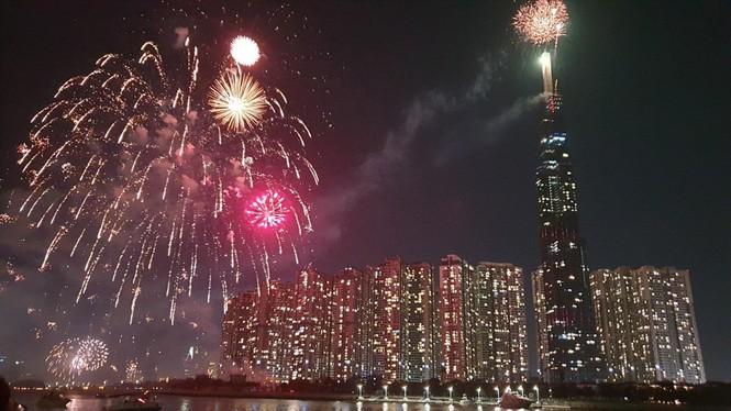 Pháo hoa rực sáng đón năm mới 2020 - ảnh 2