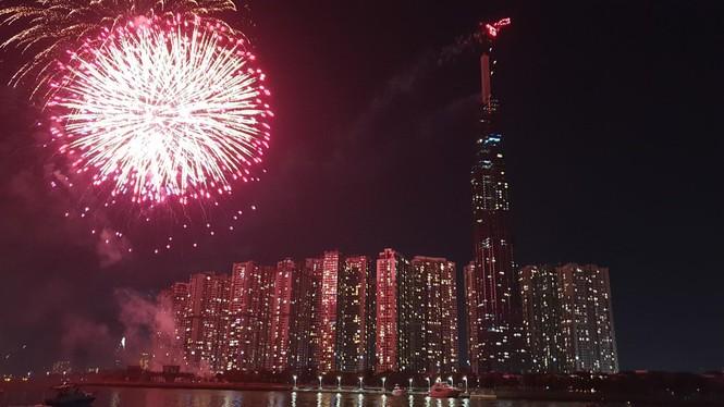 Pháo hoa rực sáng đón năm mới 2020 - ảnh 1