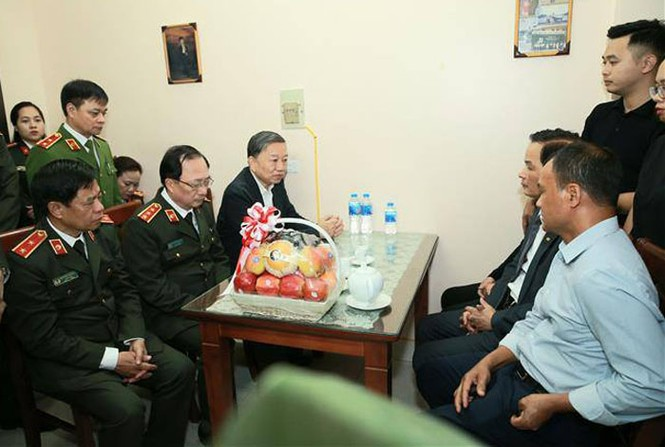 Bộ trưởng Công an chia buồn với gia đình thiếu úy hy sinh ở Đồng Tâm - ảnh 1