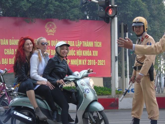 Khó xử lý người nước ngoài vi phạm luật giao thông - ảnh 2