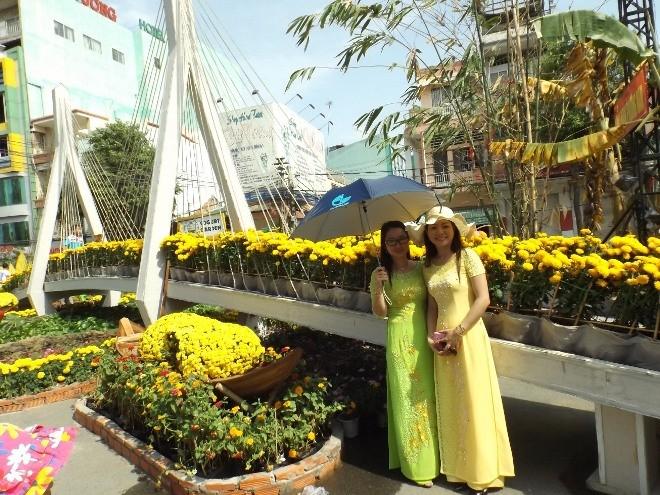 Chen chân chụp ảnh đường hoa Cần Thơ - ảnh 12
