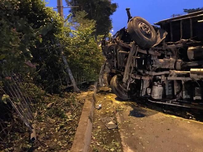 Xe tải lật nhào sau cú tông dải phân cách, quốc lộ 1A kẹt cứng - ảnh 1