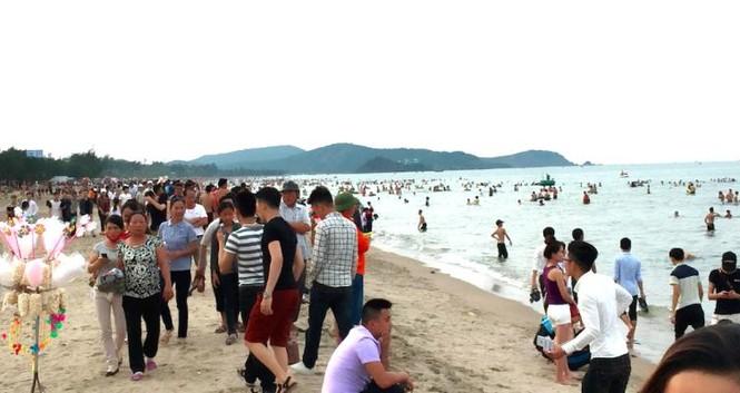 Biển Cửa Lò đông nghịt người trong ngày nghỉ lễ - ảnh 2