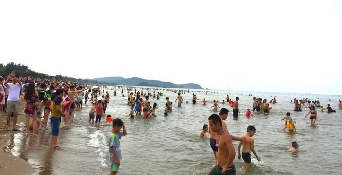 Biển Cửa Lò đông nghịt người trong ngày nghỉ lễ - ảnh 3