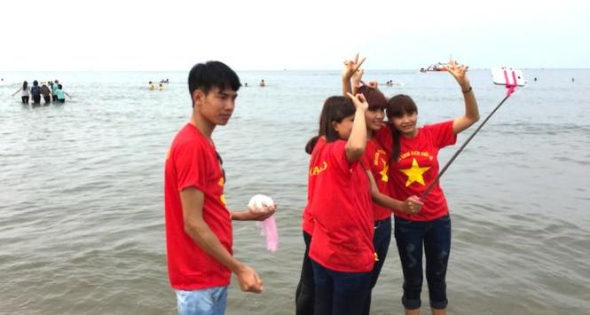 Biển Cửa Lò đông nghịt người trong ngày nghỉ lễ - ảnh 4