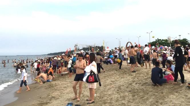 Biển Cửa Lò đông nghịt người trong ngày nghỉ lễ - ảnh 5