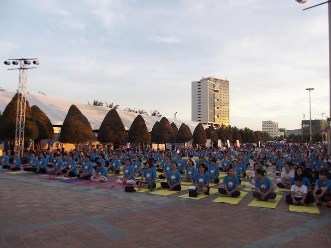 500 người đồng diễn Yoga trên bờ biển Đà Nẵng - ảnh 1