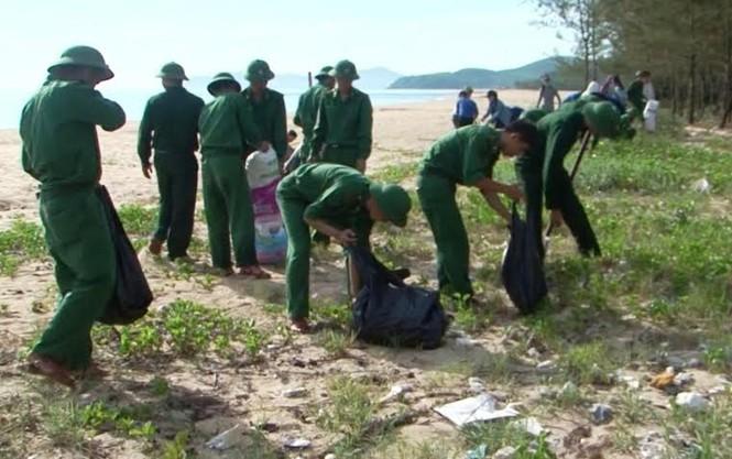 Lính trẻ biên phòng, đoàn viên thanh niên ra quân làm sạch biển - ảnh 1