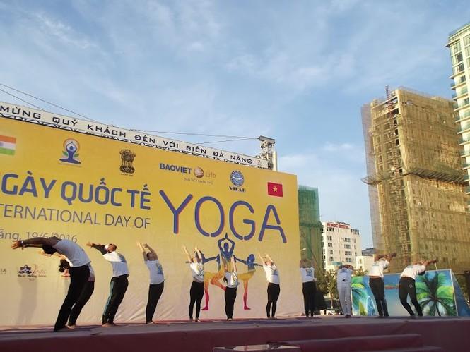 500 người đồng diễn Yoga trên bờ biển Đà Nẵng - ảnh 4