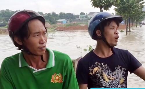 Hai thợ hồ cứu người phụ nữ bị nước cuốn trôi 100 m - ảnh 1