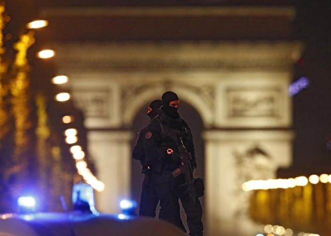 [Ảnh] Đại lộ Champs Elysees sau vụ IS xả súng vào cảnh sát - ảnh 3