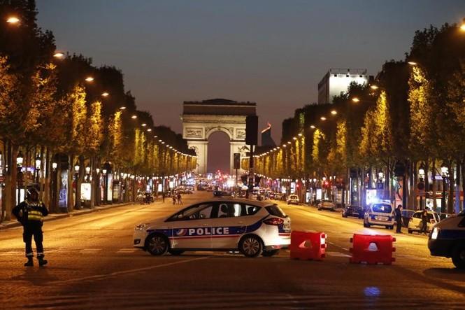 [Ảnh] Đại lộ Champs Elysees sau vụ IS xả súng vào cảnh sát - ảnh 15