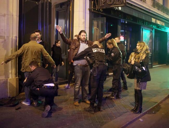 [Ảnh] Đại lộ Champs Elysees sau vụ IS xả súng vào cảnh sát - ảnh 9