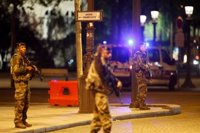 [Ảnh] Đại lộ Champs Elysees sau vụ IS xả súng vào cảnh sát - ảnh 4