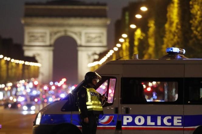 [Ảnh] Đại lộ Champs Elysees sau vụ IS xả súng vào cảnh sát - ảnh 13