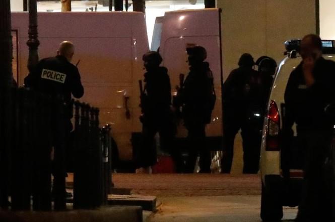 [Ảnh] Đại lộ Champs Elysees sau vụ IS xả súng vào cảnh sát - ảnh 5
