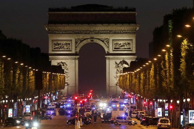 [Ảnh] Đại lộ Champs Elysees sau vụ IS xả súng vào cảnh sát - ảnh 1