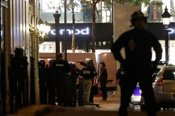 [Ảnh] Đại lộ Champs Elysees sau vụ IS xả súng vào cảnh sát - ảnh 10