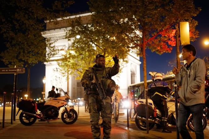 [Ảnh] Đại lộ Champs Elysees sau vụ IS xả súng vào cảnh sát - ảnh 11
