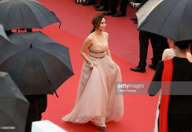 Choáng với gương mặt biến dạng của mỹ nhân gốc Việt Maggie Q ở Cannes - ảnh 1