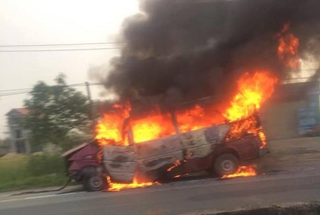 Xe khách cháy dữ dội ở Hà Tĩnh, vợ chồng chủ xe nguy kịch - ảnh 1
