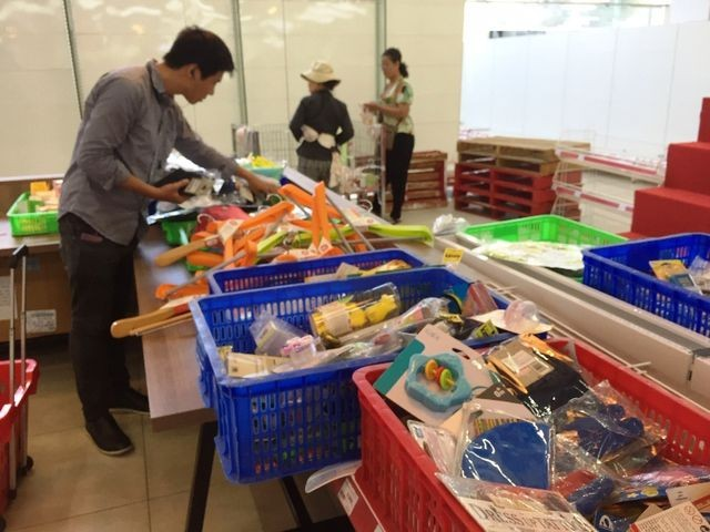 """Người dân tiếp tục khui hàng hóa """"vô tội vạ"""" và trộm cắp khi đến Auchan - ảnh 7"""