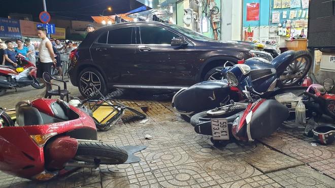 Nữ tài xế lái Mercedes tông hàng loạt xe máy, nhiều người nằm la liệt trên đường - ảnh 1