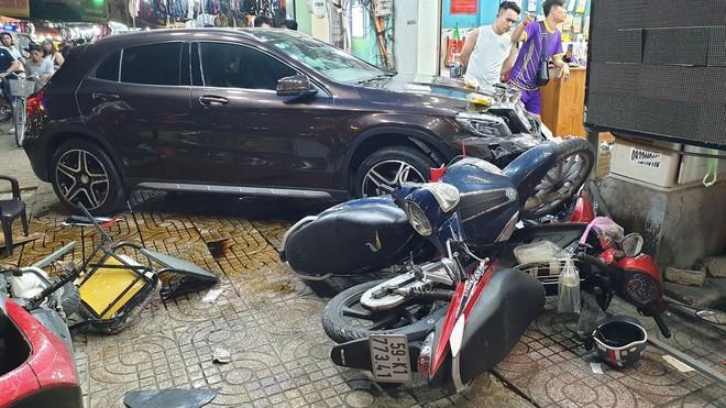 Nữ tài xế lái Mercedes tông hàng loạt xe máy, nhiều người nằm la liệt trên đường - ảnh 2