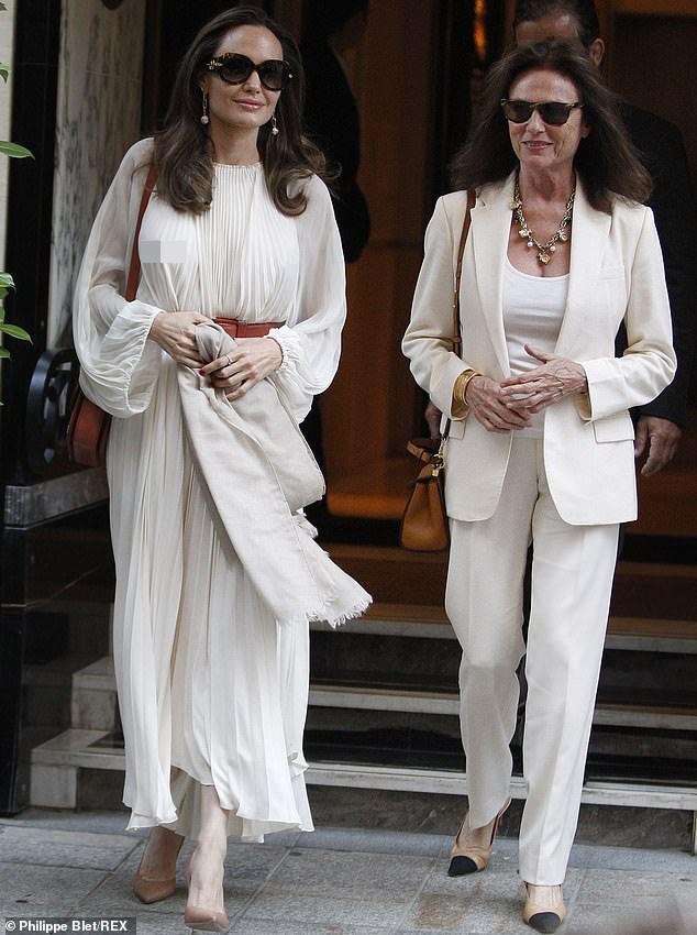 Angelina Jolie bất ngờ táo bạo 'thả rông' vòng một trên phố - ảnh 1
