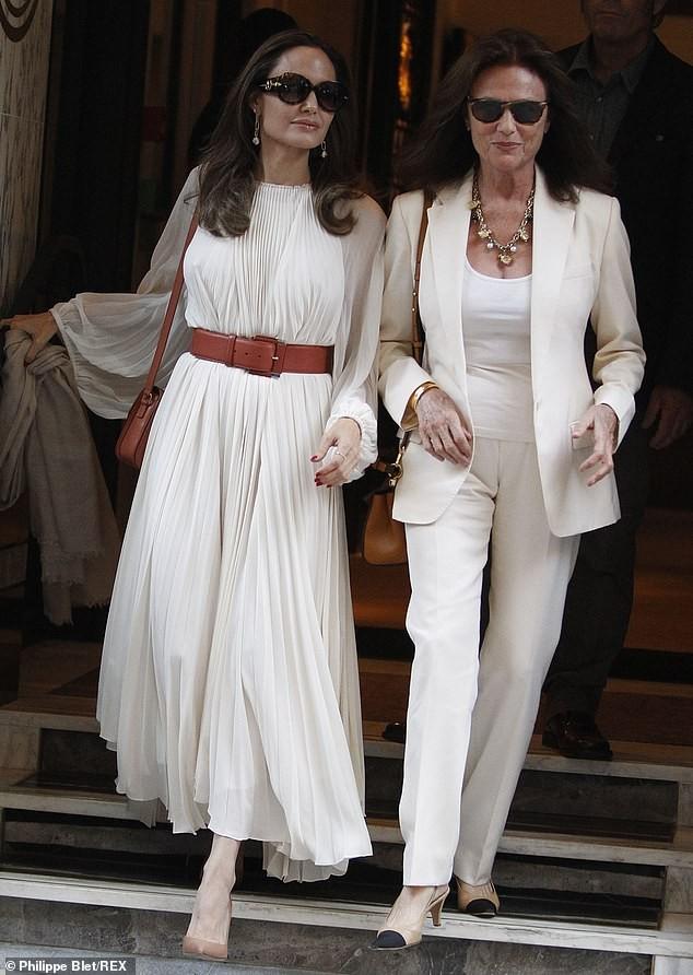 Angelina Jolie bất ngờ táo bạo 'thả rông' vòng một trên phố - ảnh 2