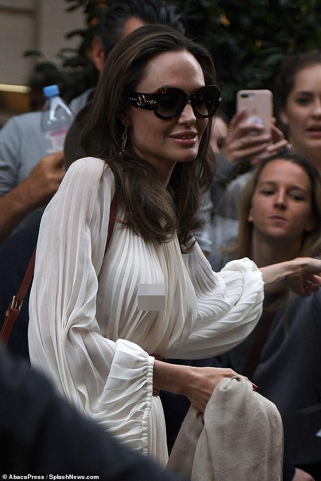 Angelina Jolie bất ngờ táo bạo 'thả rông' vòng một trên phố - ảnh 6