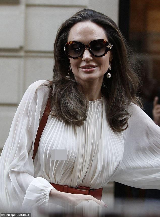 Angelina Jolie bất ngờ táo bạo 'thả rông' vòng một trên phố - ảnh 7