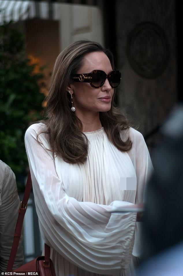 Angelina Jolie bất ngờ táo bạo 'thả rông' vòng một trên phố - ảnh 8