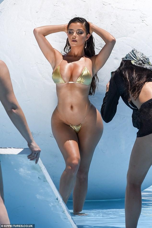 Hậu trường chụp bikini 'nóng bỏng mắt' của siêu mẫu nội y Demi Rose - ảnh 1
