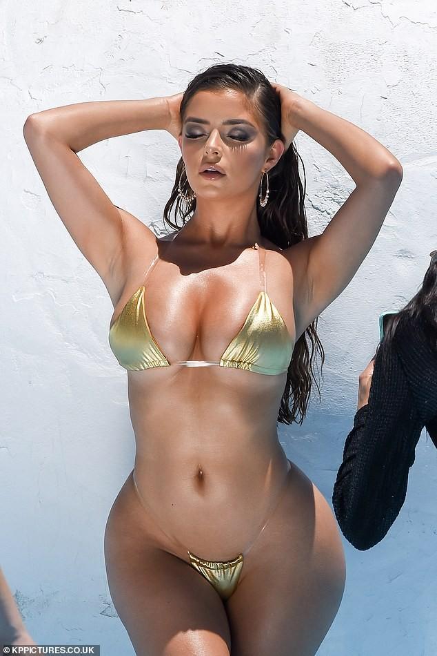 Hậu trường chụp bikini 'nóng bỏng mắt' của siêu mẫu nội y Demi Rose - ảnh 4